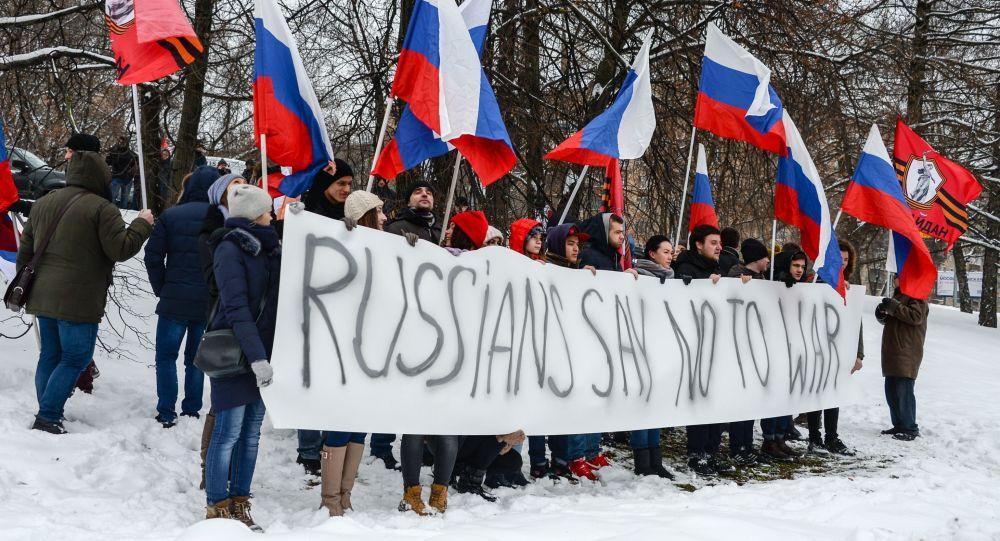 Proteste presso l'ambasciata della Germania a Mosca contro il trasporto dei mezzi militari della NATO attraverso il territorio della Germania.