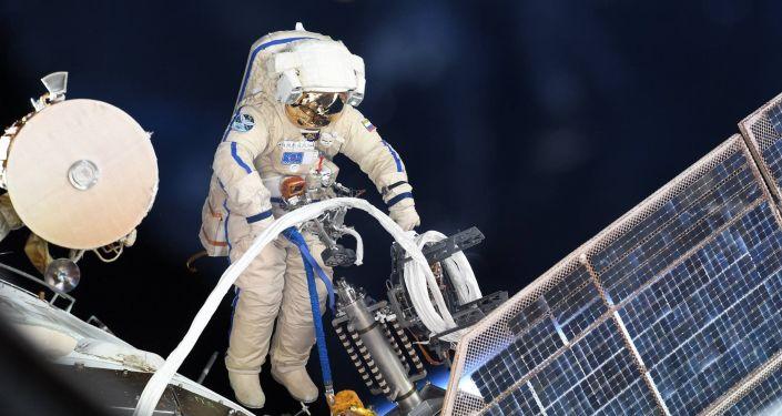 Astronauta russo nello spazio aperto
