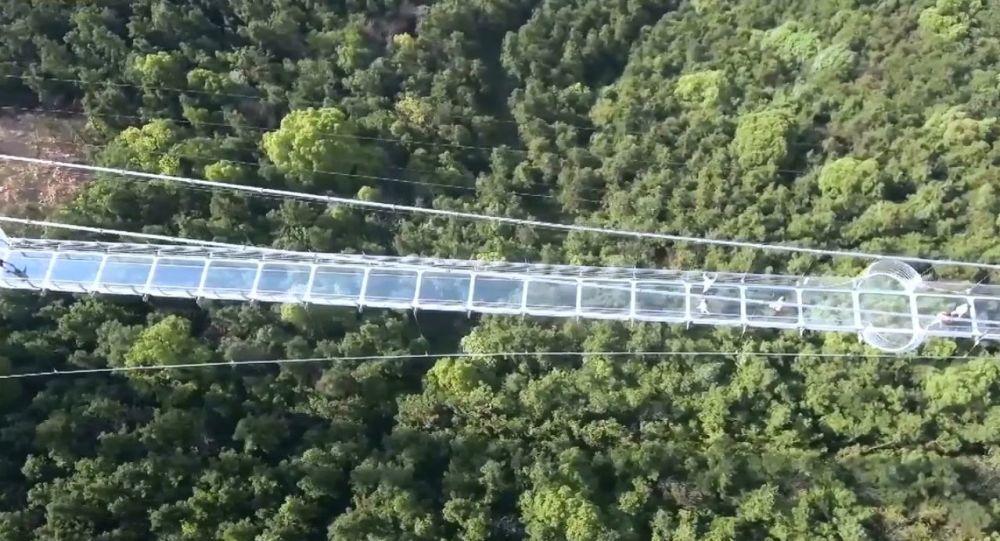 Ponte di vetro in Cina per chi ha i nervi saldi