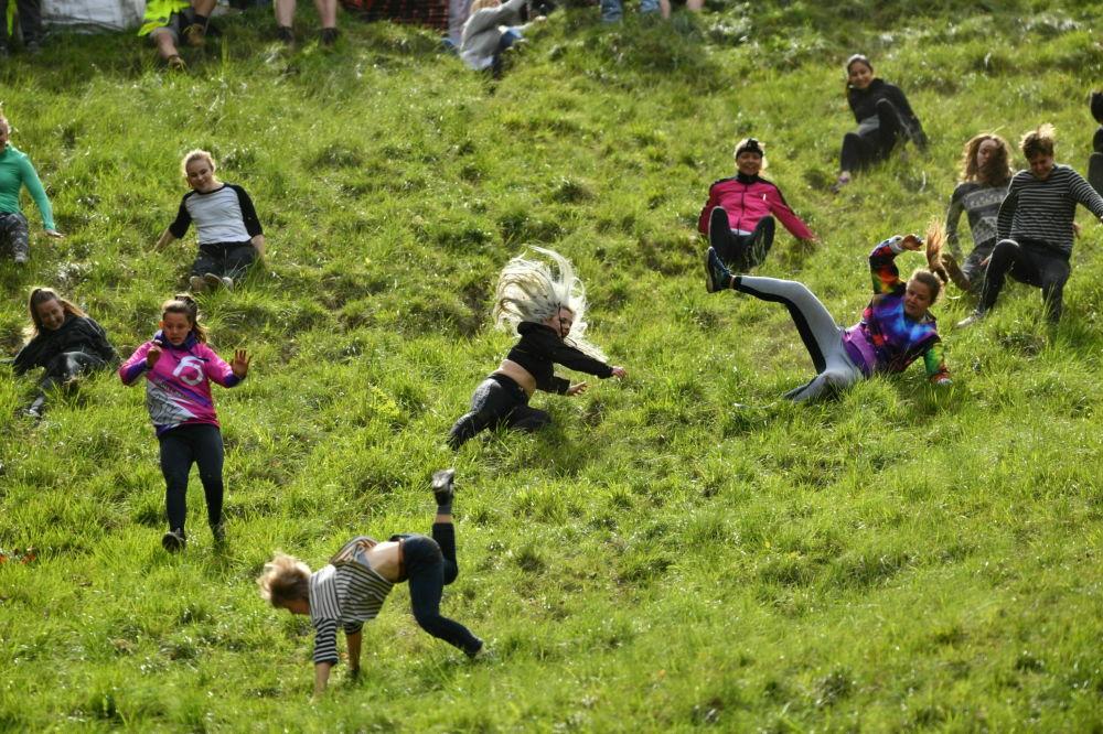 Partecipanti alla corsa di formaggio a Cooper's Hill in Brockworth, Inghilterra.