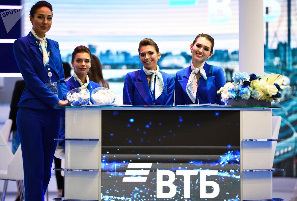 I rappresentanti della banca VTB al centro espositivo Expoforum.