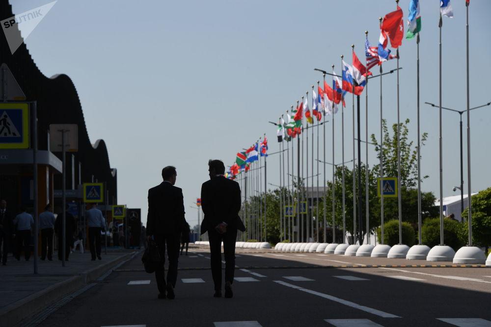 Gli ospiti del Forum Economico Internazionale di S. Pietroburgo (SPIEF) al centro espositivo Expoforum.