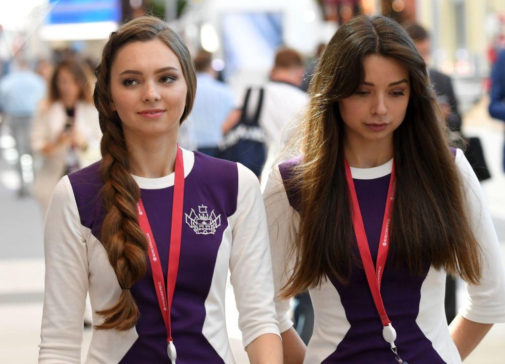Le partecipanti al Forum Economico Internazionale di S. Pietroburgo (SPIEF) nel centro espositivo Expoforum.