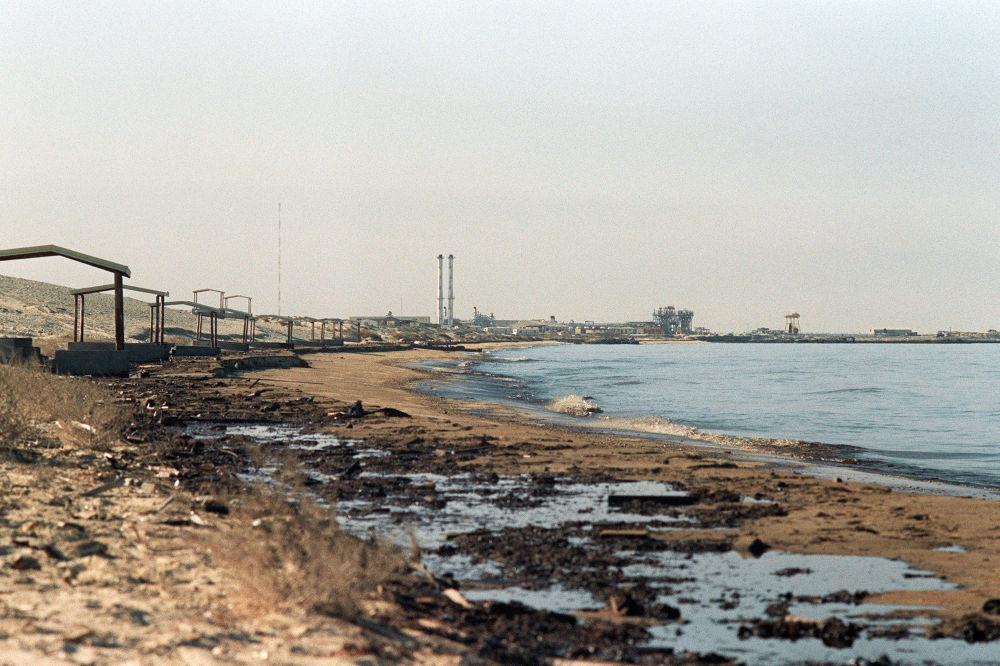 Petrolio su una spiaggia al confine tra Kuwait ed Arabia Saudita
