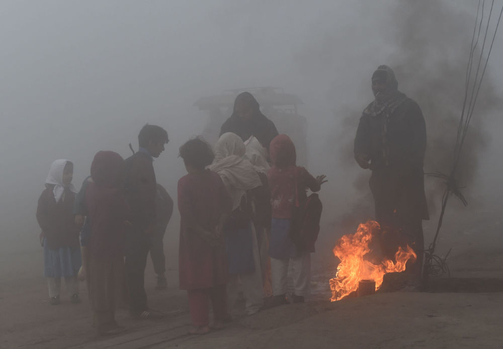 Lahore, Pakistan: bambini intorno ad un fuoco improvvisato per riscaldarsi