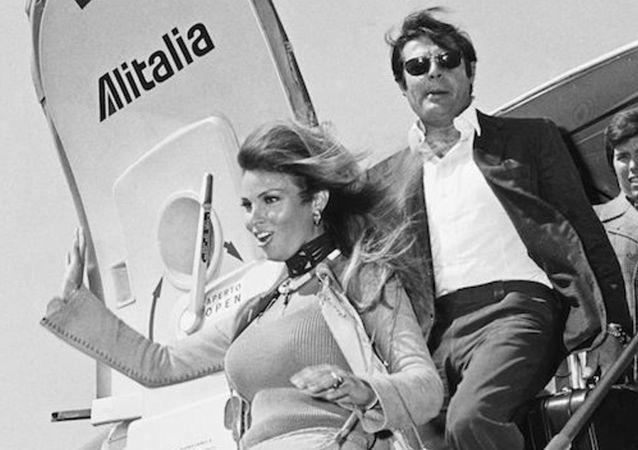 Mastroianni e Raquel Welch - volo Alitalia, 1966