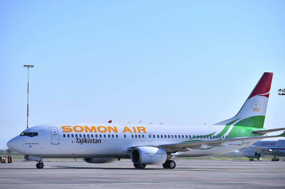 Il Boeing 737-800 con la livrea della compagnia di bandiera Somon Air del presidente del Tajikistan Emomali Rakhmon