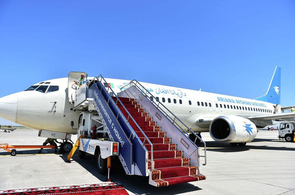 Il presidente afgano Mohammad Ashraf Ghani viaggia a bordo di un Boeing 737-300 della compagnia di bandiera Ariana Afghan Airlines