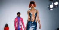 Modelle sfilano al Fashion East alla Settimana della moda maschile di Londra.