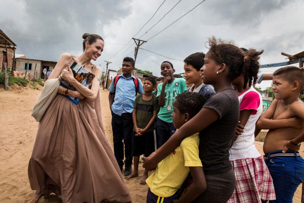 Inviato speciale dell'Agenzia delle Nazioni Unite per i rifugiati Angelina Jolie parla con i bambini a Riohacha, in Colombia.