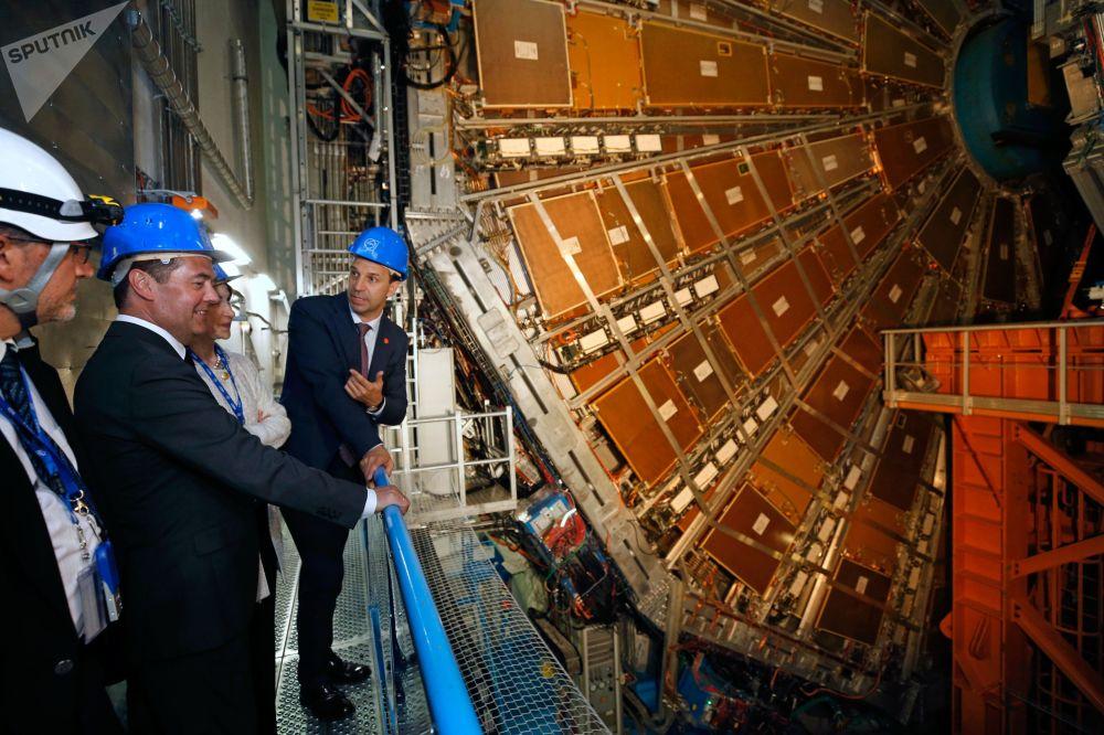 Premier russo Dmitry Medvedev mentre osserva il rilevatore dell'esperimento ATLAS del Grande Collisore di Adroni presso il Cern di Ginevra.