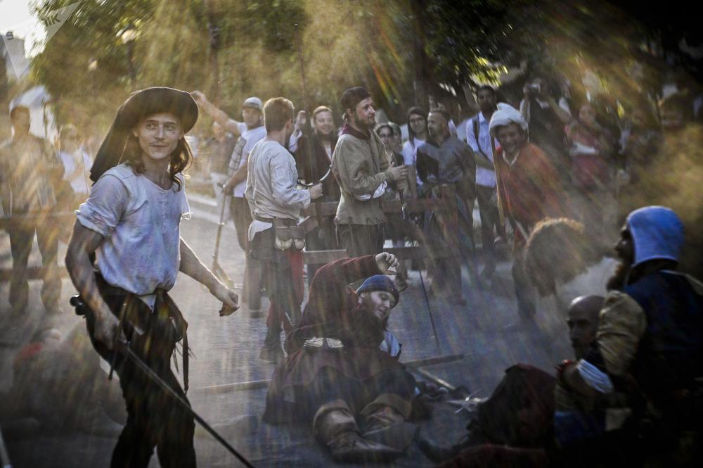Duello dimostrativo durante una ricostruzione con comparse russe e italiane al festival Tempi ed epoche a Mosca.