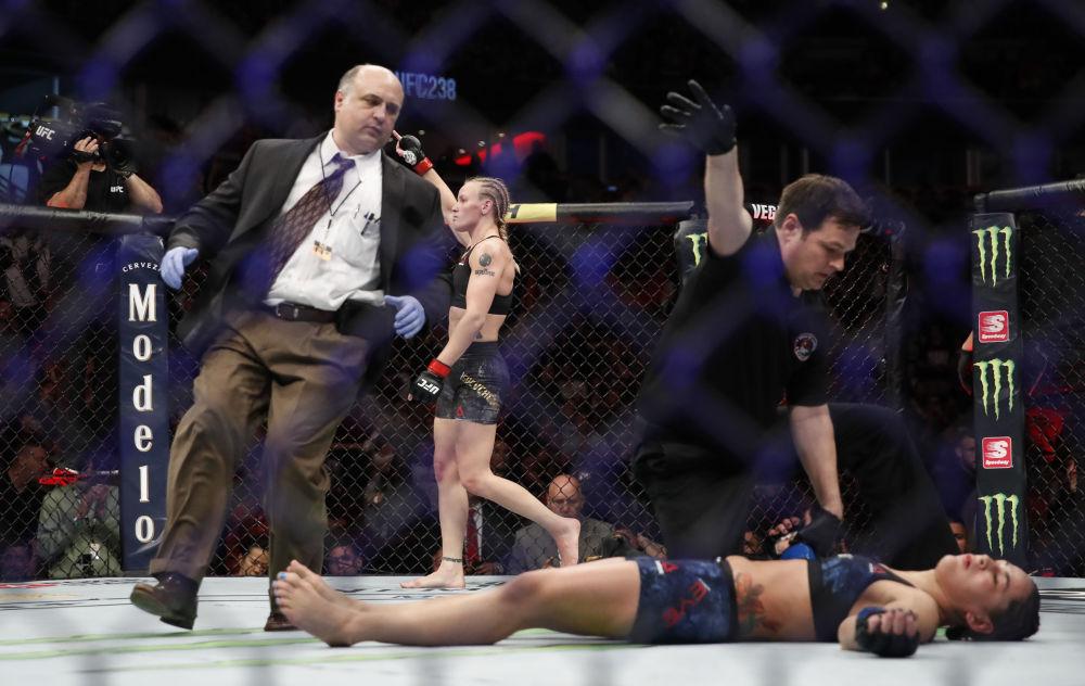 Valentina Shevchenko manda ko Jessica Eye durante l'incontro di arti marziali miste UFC238 sabato 8 giugno 2019 a Chicago.