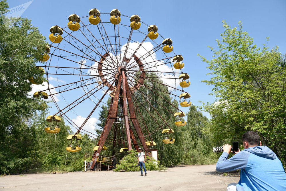 Turisti nella zona di alienazione a Pripyat, Ucraina.