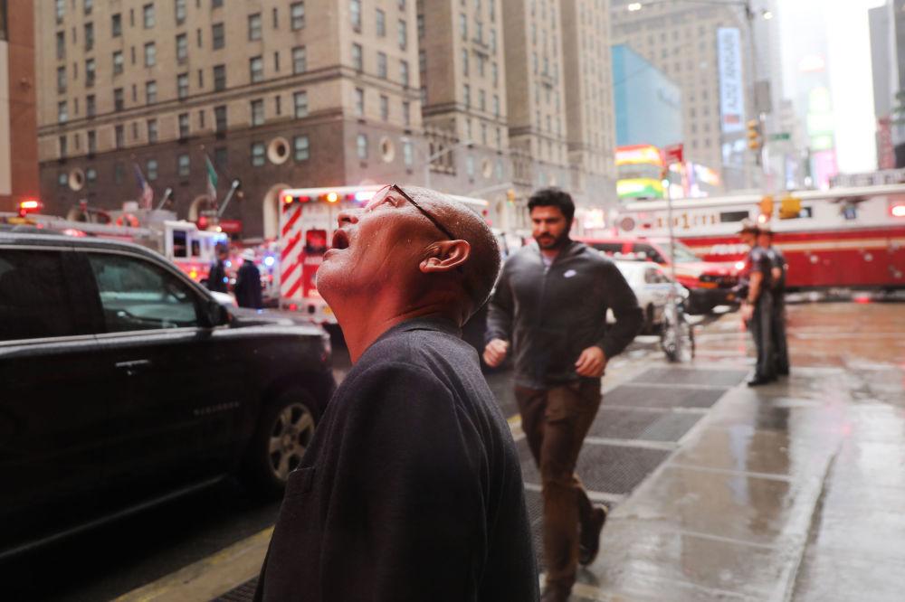 Uomo osserva il luogo dello schianto dell'elicottero a New York.