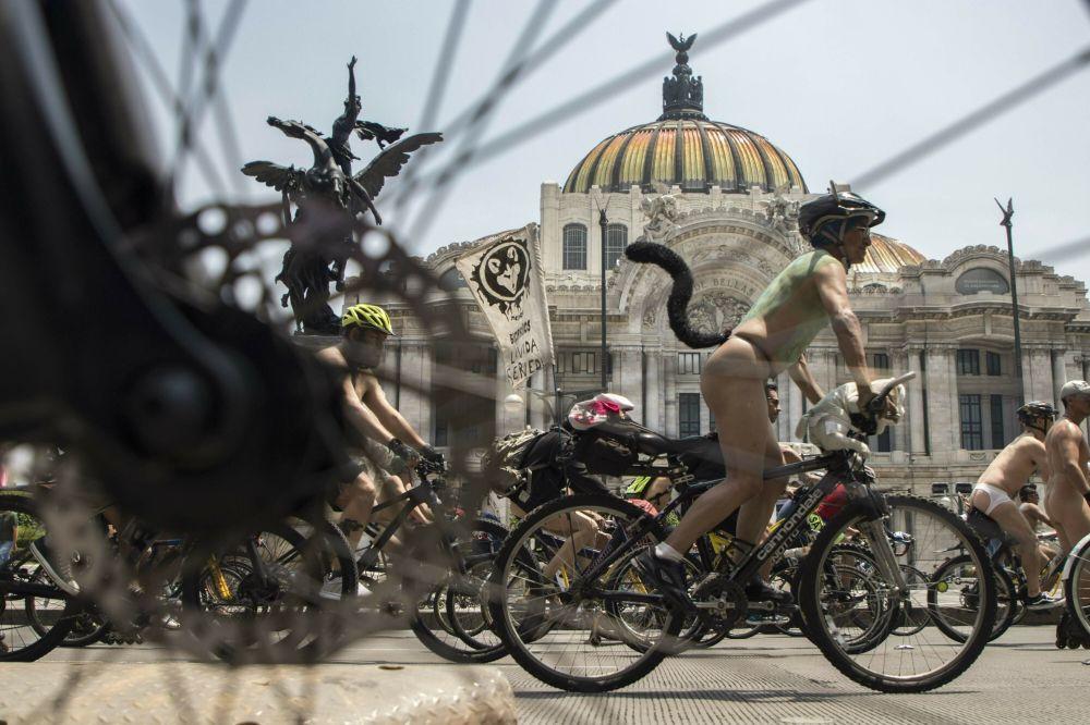 Ciclisti nudi in Messico.