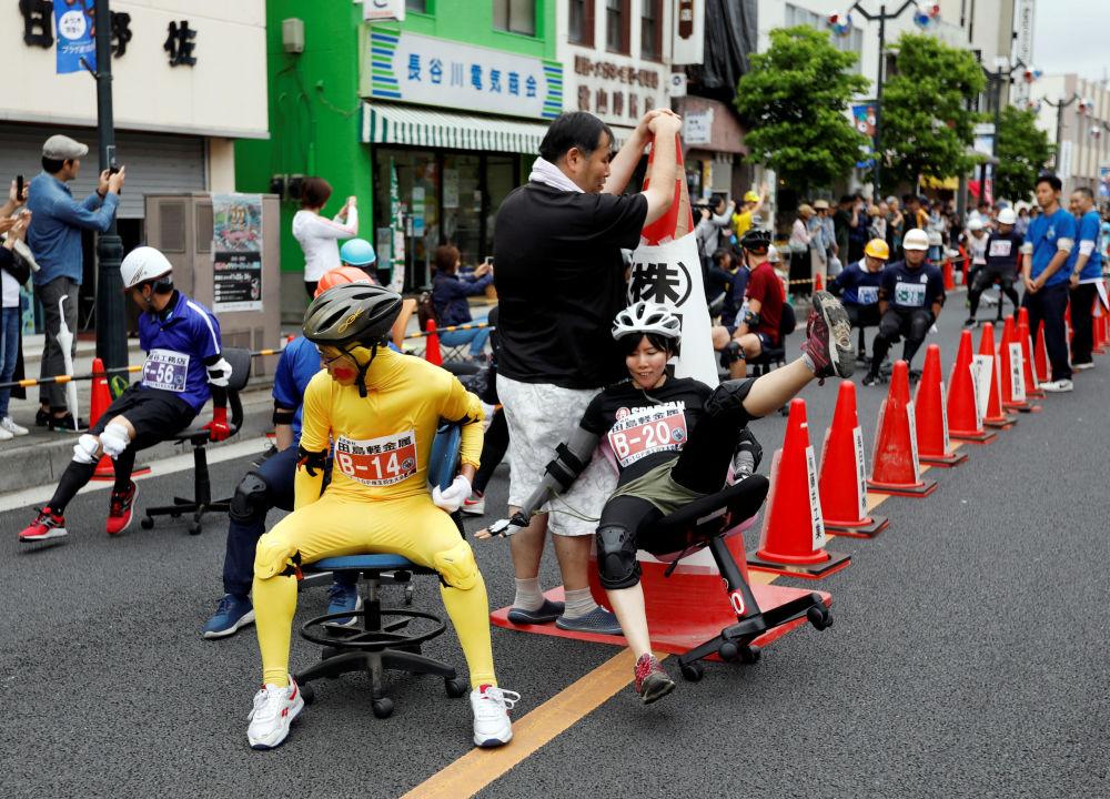 Partecipanti della corsa in sedie da ufficio ISU-1 Grand Prix a Hanyu, Giappone.