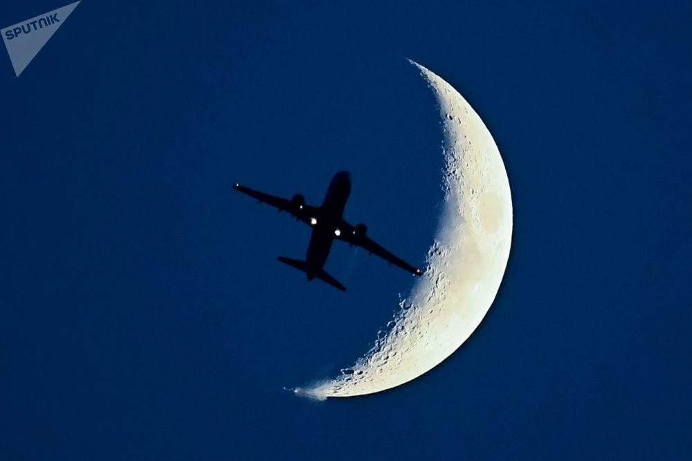 Aereo Airbus A320 sullo sfondo di una luna crescente.
