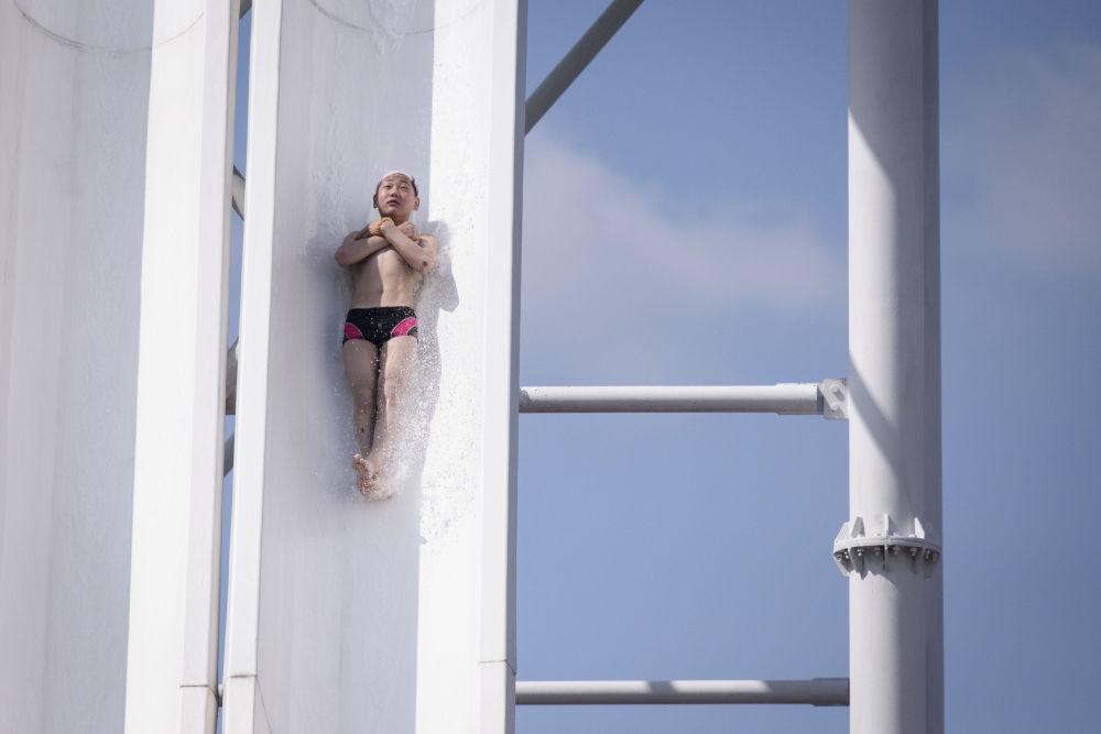 Un giovane nordcoreano si lancia sullo scivolo kamikaze del parco acquatico di Munsu a Pyongyang