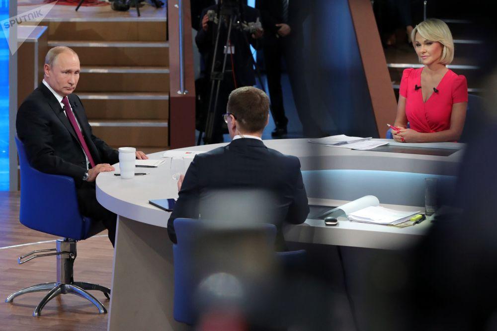 Presidente russo Vladimir Putin risponde alle domande durante la Linea Diretta.