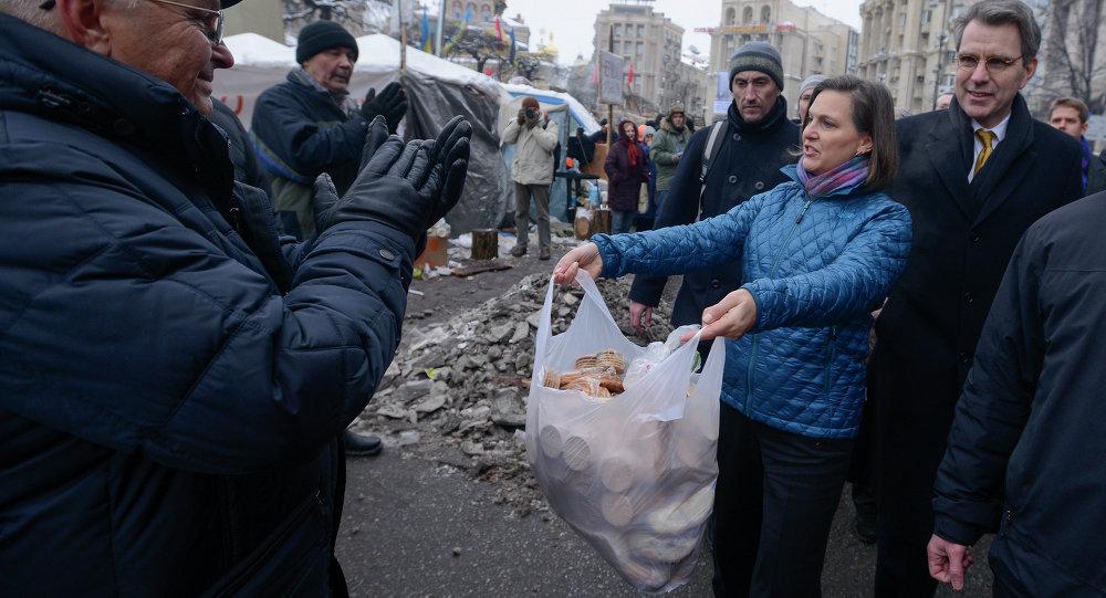 Victoria Nuland offre biscotti ai manifestanti di Kiev.