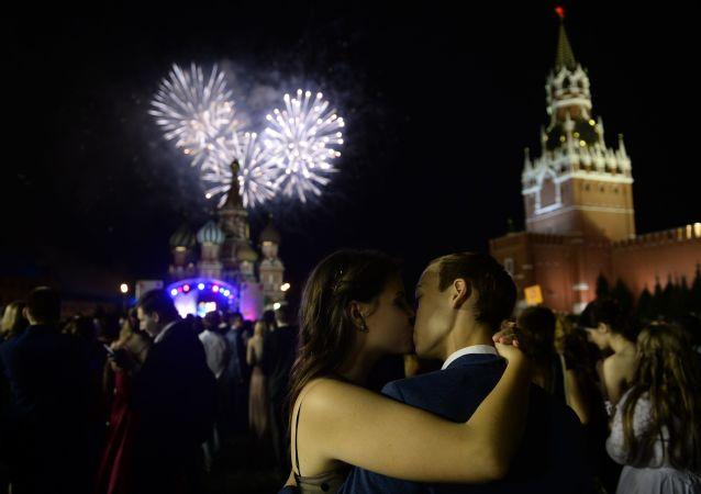 2016, bacio di fine anno scolastico tra due studenti nella Piazza Rossa di Mosca