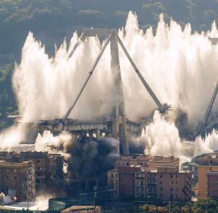 Momento dell'esplosione del ponte Morandi a Genova, 26.08.2019