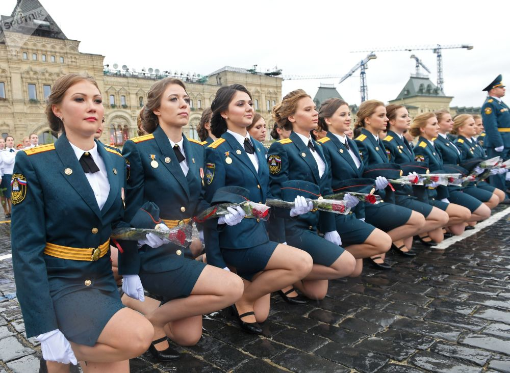 Pronte a intervenire: giovani allieve dell' Accademia della Protezione Civile e del Servizio Nazionale Antincendio del Ministero delle Situazioni d'Emergenza della Federazione Russa