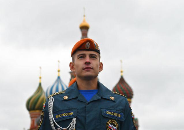 Un allievo dell'Accademia del Ministero delle Situazioni di Emergenza della Federazione Russa sulla Piazza Rossa
