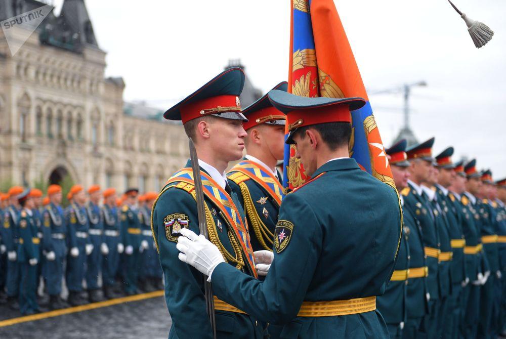Un ufficiale passa in rassegna gli allievi prima della cerimonia solenne di giuramento