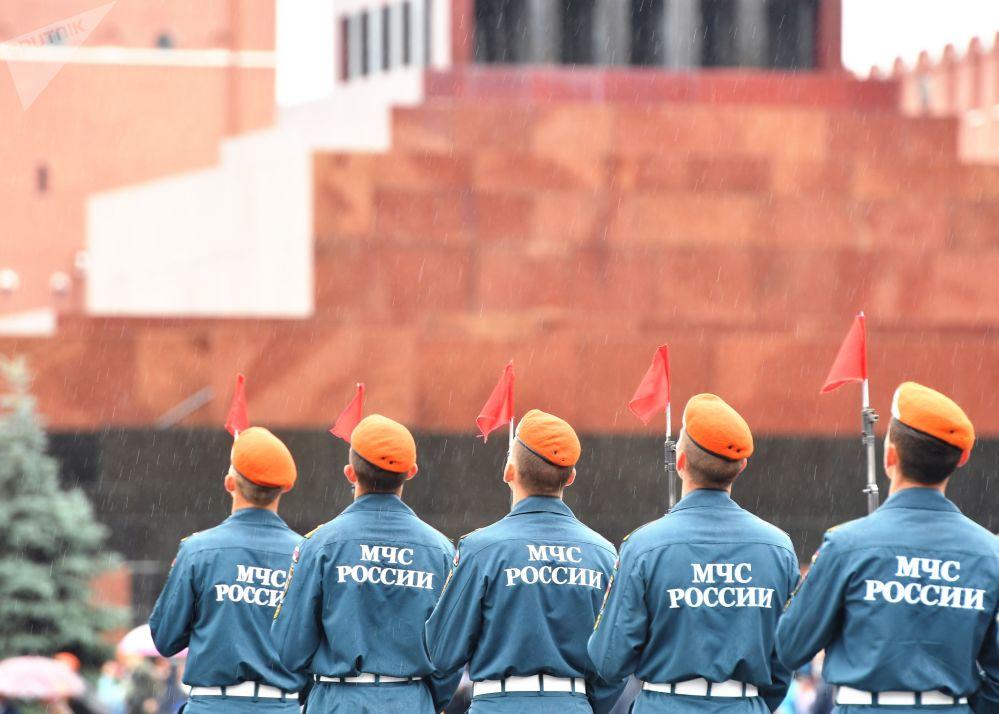 Il caratteristico basco arancione degli allievi dell' Accademia del Ministero delle Situazioni di Emergenza della Federazione Russa