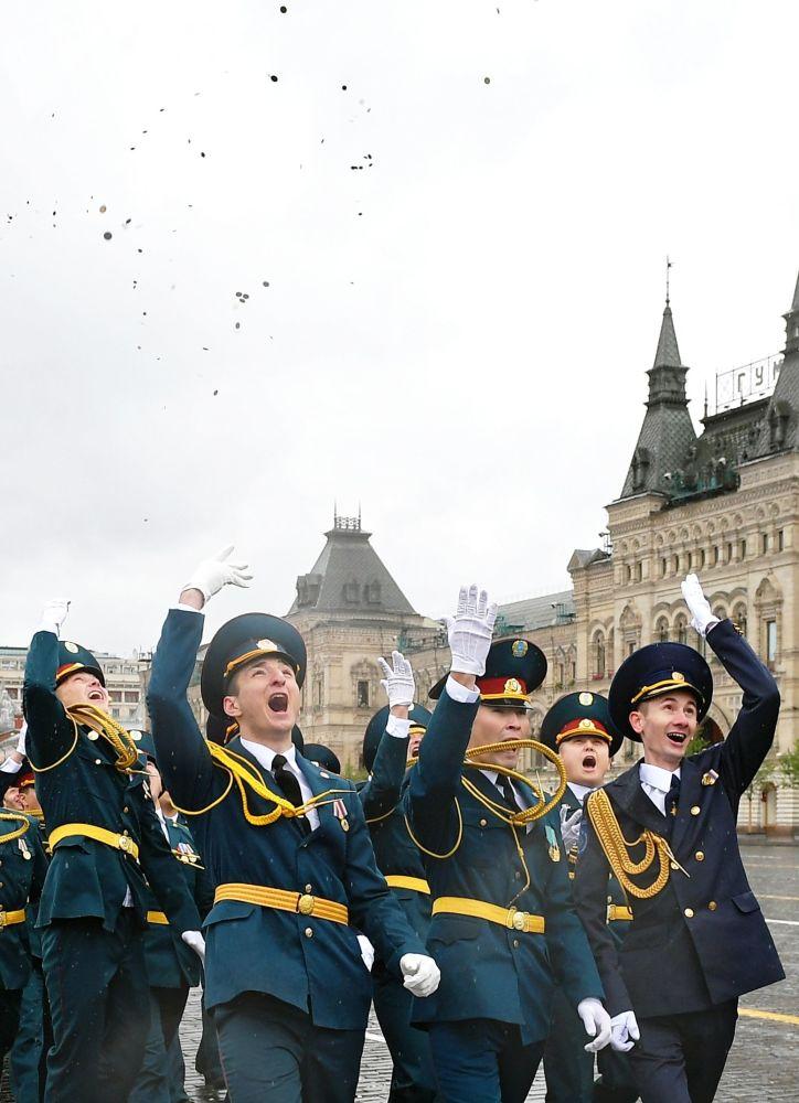 Gli allievi dell' Accademia del Ministero delle Situazioni di Emergenza della Federazione Russa sfilano sulla Piazza Rossa