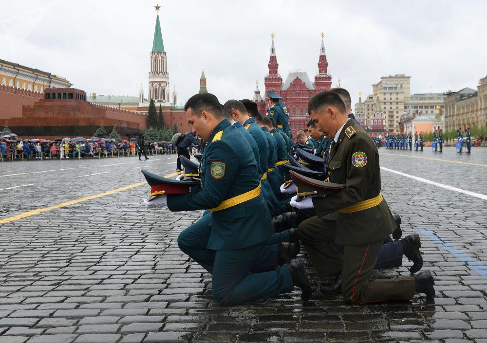 Gli allievi dell' Accademia del Ministero delle Situazioni di Emergenza della Federazione Russa durante la cerimonia di giuramento sulla Piazza Rossa