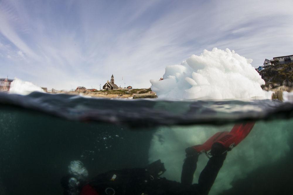 Una ripresa subacquea realizzata durante le operazioni di studio sulle masse ghiacciate in Groenlandia