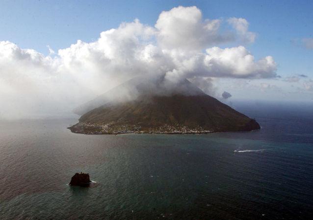Il vulcano Stromboli in eruzione