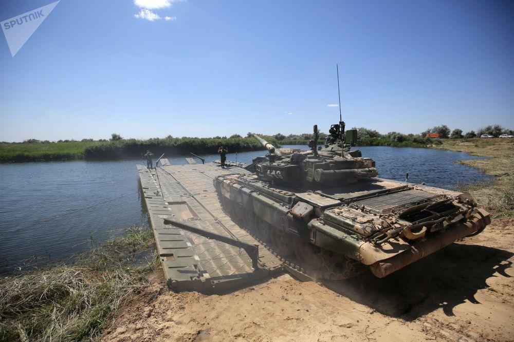 Un carro armato T-90A attraversa un ponte di barche sul fiume Karpovka, nel territorio del poligono di Prudboy, vicino a Volgograd