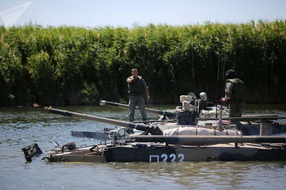 Un veicolo da combattimento pesante BMP-3 attraversa il fiume Karpovka nel corso delle esercitazioni