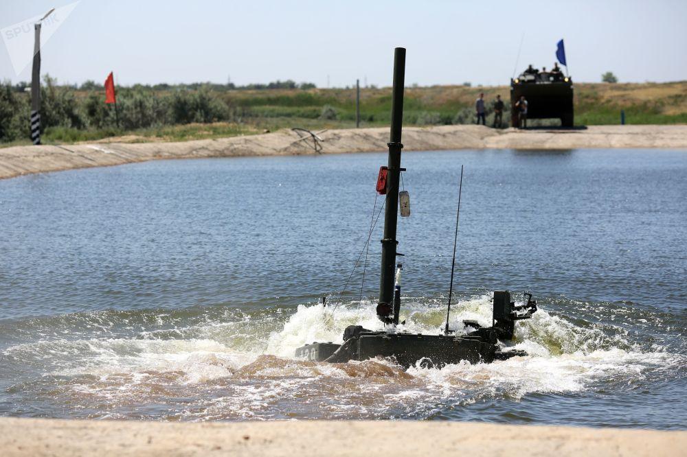 Un carro armato T-90A supera uno spazio d'acqia profondo 5 metri durante le esercitazioni nel poligono Prudboy
