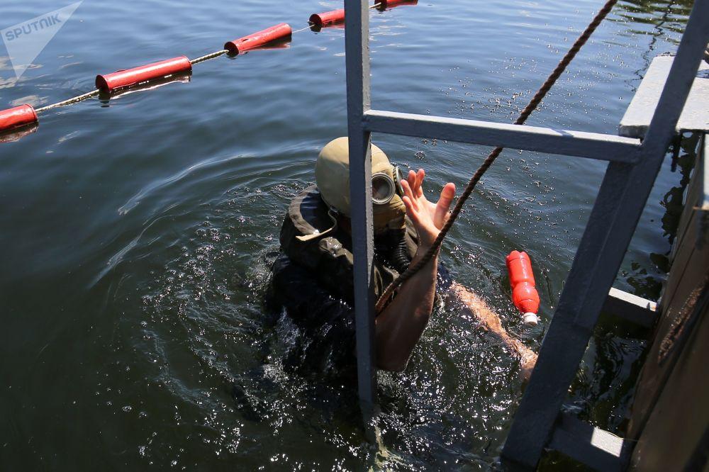 Un palombaro riemerge sulla superficie dell'acqua dopo avere portato a termine una missione subacquea