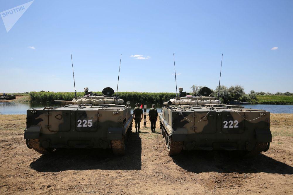 Due mezzi BMP-3 pargheggiati sulle sponde del fiume Karpovka