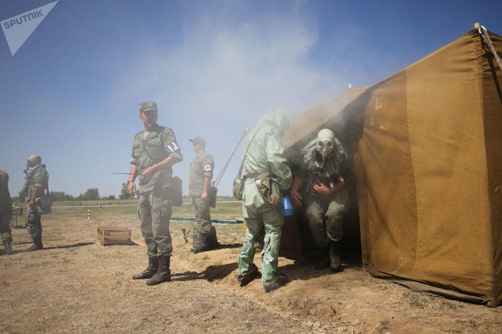 Soldati testano i nuovi equipaggiamenti antigas in una tenda dove l'aria è stata appositamente inquinata