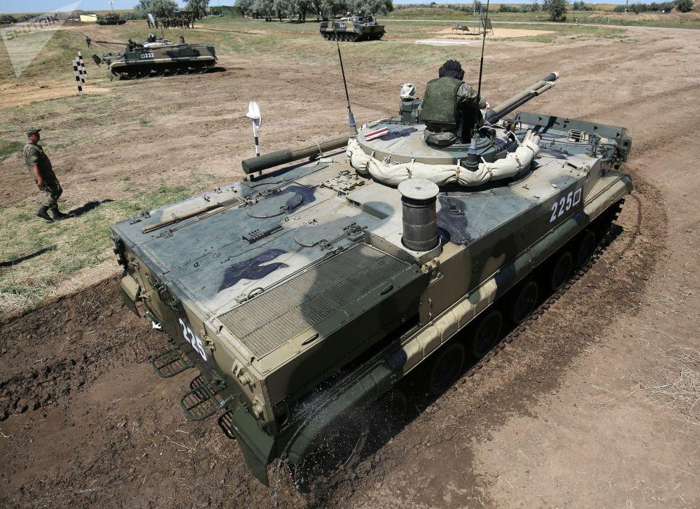 Un mezzo BMP-3 compie delle manovre sulle sponde del fiume Karpovka