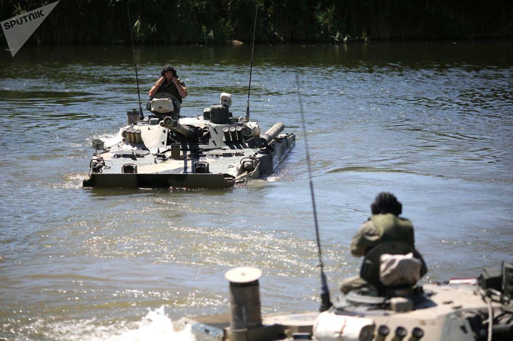 Due mezzi BMP-3 mentre compiono delle manovre tattiche nelle acque del fiume Karpovka