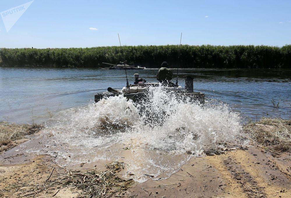 Un mezzo blindato BMP-3 fa il suo ingresso nello spazio d'acqua interessato dalle esercitazioni