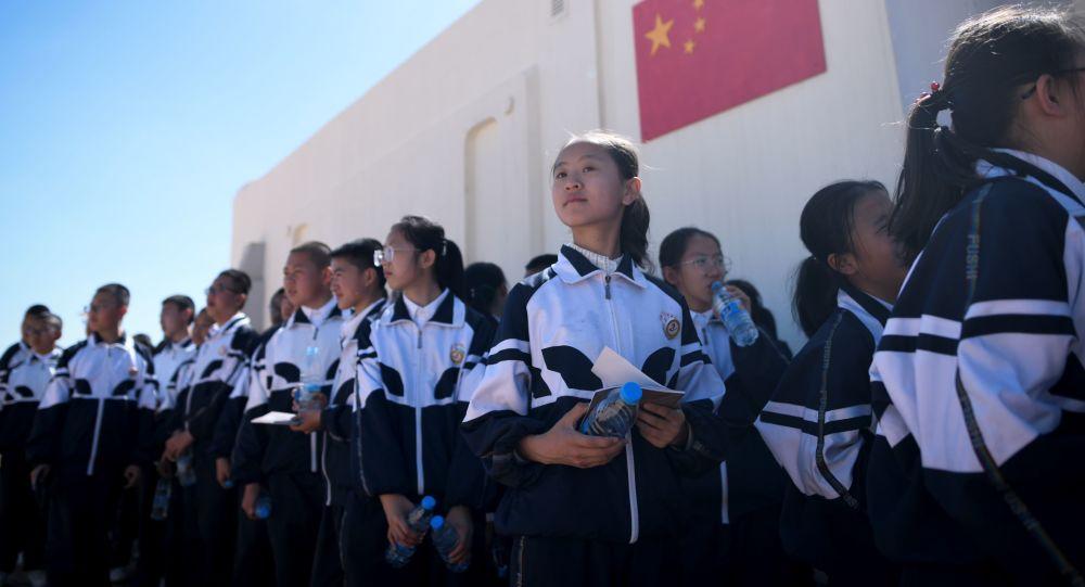 Gruppo di bambini visita la base cinese Mars Base 1
