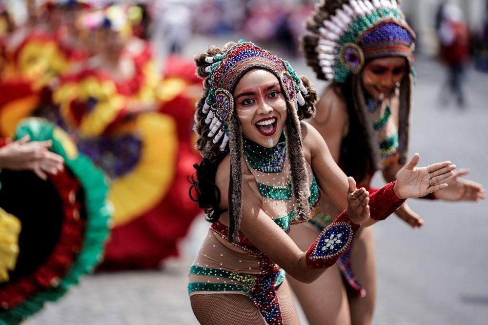 La gente prende parte al carnevale tropicale a Parigi.