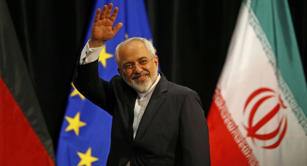 Ministro Esteri iraniano Javad Zarif sullo sfondo di bandiere di Iran e UE