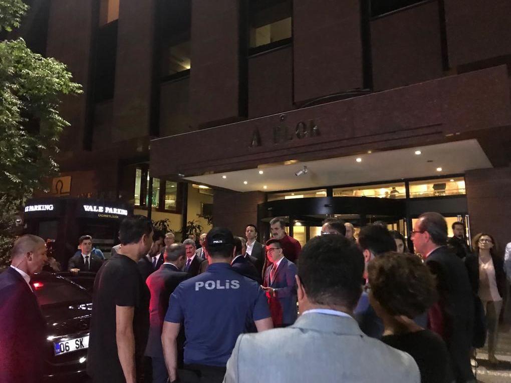 Gente e polizia vicino all'ospedale privato Güven dove si trova il diplomatico bielorusso ferito, Ankara, Turchia