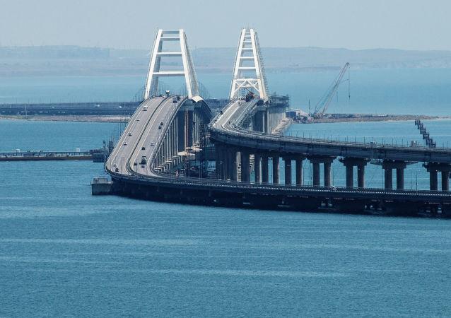 Il ponte di Crimea attraverso lo Stretto di Kerch