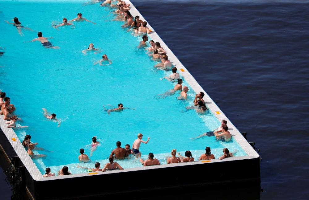 Le persone si rinfrescano su una nave piscina futuristica a Berlino.